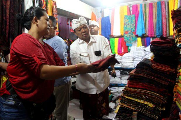 Blusukan ke Pasar Seni Semarapura, Pedagang Harapkan Koster-Ace Membawa Perubahan