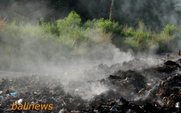 """Asap TPA Ile Mandiri Tutup Jalan,Sampah 'Bernaung"""" di Pohon Mente"""