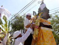 """Gelar Pemelaspasan, Jaya Negara """"Mendem"""" Pedagingan di Padmasana"""