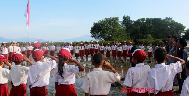 Rayakan Hardiknas di Pantai Riangsunge, SD Inpres Ritaebang dan LLC Tanam Mangrove