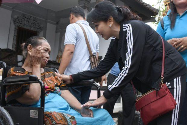 Ny. Selly Mantra Beri Motivasi, Lansia dan Disabilitas Terima Bantuan