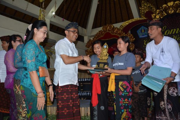 Jaya Negara Serahkan Piala Kepada 12 Pemenang Gender Wayang Style Kayumas