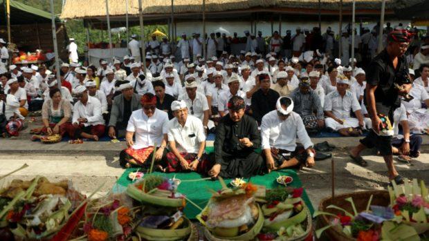 Pasemetonan MGPSSR Bersama Koster – Ace Sembahyang di Pura Penataran Agung Pesinggahan