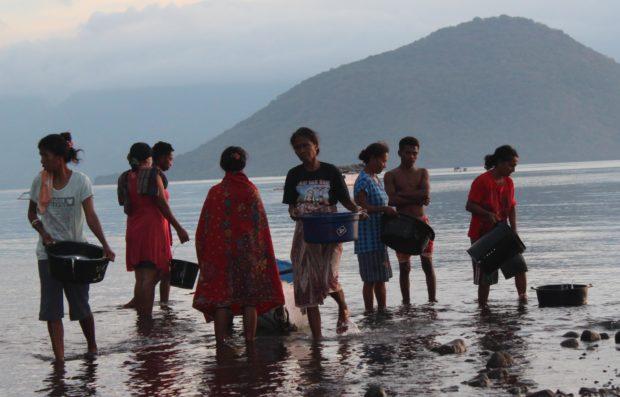 """Perempuan Desa Nobo Masuk Laut, """"Uang Ada di Sana"""""""