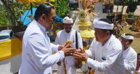 Walikota Rai Mantra Hadiri Puncak Karya Padudusan Agung Menawa Ratna di Pura Puncak Manik