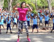 Lenny Yoga, Bugarkan Peserta Gerak Jalan Santai di Obyek Wisata Pantai Riangsunge