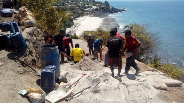 Kondisi Ruas Jalan Baliroba Watanhura Rusak Parah, Warga Lakukan Perbaikan Secara Swadaya