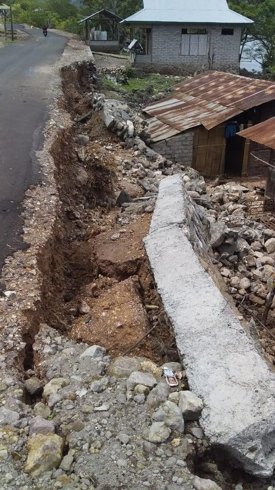 Tanggul Penahan Bahu Jalan di Desa Labelen Jebol,Anggota Koramil dan Polsek Solor Bantu Warga