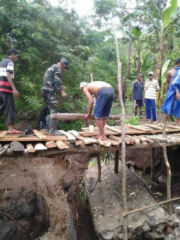 Pasca Ambruk,Warga Liwo Bangun Jembatan Darurat