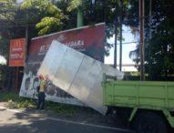 Satpol PP Denpasar Kembali Bongkar Papan Reklame Bodong