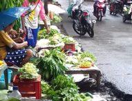 Walau Bermandikan Hujan, Pedagang Kecil di Pasar Relokasi Larantuka Tetap Berjualan