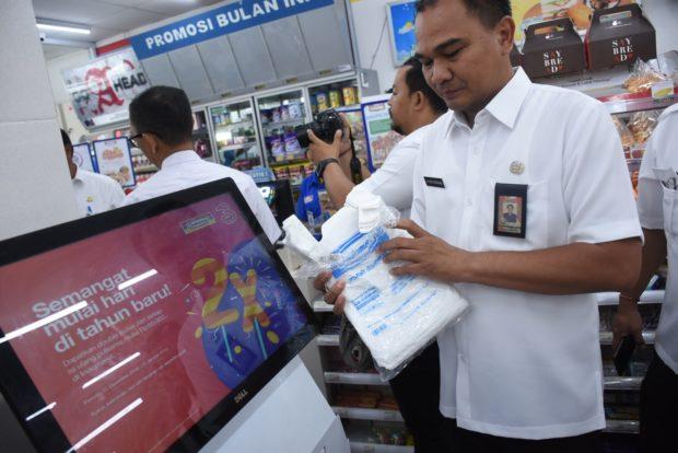 Resmi Terapkan Perwali 36 Tahun 2018, Gelar Sidak, Beberapa Toko Madern dan Super Market Masih Gunakan Kantong Plastik