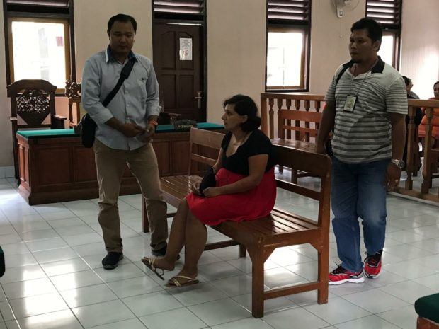 Dijemput Paksa, Bule Inggris Penampar Petugas Imigrasi Divonis 6 Bulan Penjara