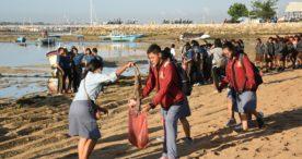 Peduli Lingkungan, Kesbangpol Gandeng PPI Denpasar Gelar Susur Pantai Mertasari