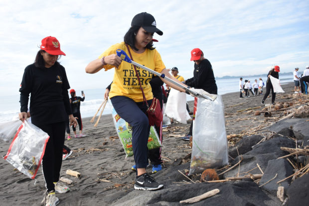 Ketua TP PKK, Ny. Selly Pungut Sampah Plastik di Pantai Biaung