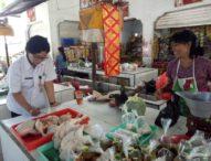 Pastikan Kesehatan Daging, Distan Denpasar Periksa Daging Dengan Metode Organoleptik di Pasar Rakyat