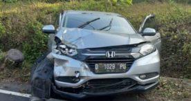 Tabarak Truk di Jalan Raya Denpasar-Gilimanuk, Honda HRV Ringsek