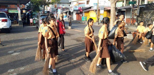 Peringati HUT Pramuka dan Kemerdekaan RI, Kwarcab Kota Denpasar Gelar Aksi Bersihkan Sampah Plastik
