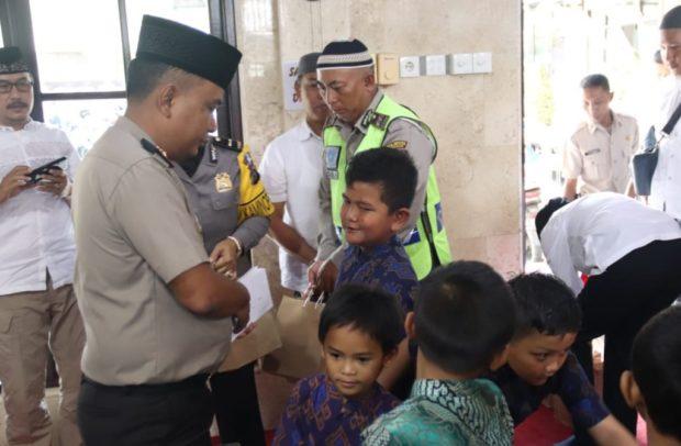 Kapolresta Denpasar Berikan Santunan Kepada Anak Yatim