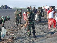 Pemkab Gianyar Bersama TNI-Polri dan Masyarakat Bersihkan Pantai Masceti