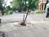 Dua Batang Bambu 'Ditanam' di Ruas Jalan III Pohon Bao-Larantuka