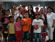 Selly Mantra Serahkan Bantuan Sembako Kepada Anak-anak yang Sekolah di Sekolah Pasar Badung
