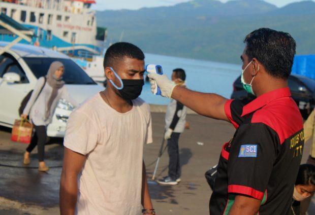 Tiba di Pelabuhan Waibalun, Ratusan Penumpang KMP Ile Labalekan Tertib Jalani Pemeriksaan