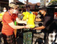 Ringankan Beban Masyarakat, Desa Adat Yangbatu Bagikan 600 Paket Sembako